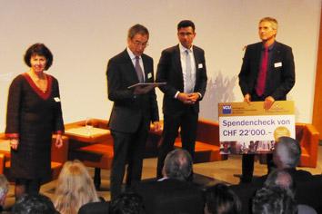 Foto von der Spendenübergabe bei der 50-Jahres Feier von Swisshand.