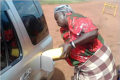 Foto von Nuulu Mulondo bei der Arbeit an ihrer eigenen Tankstelle.