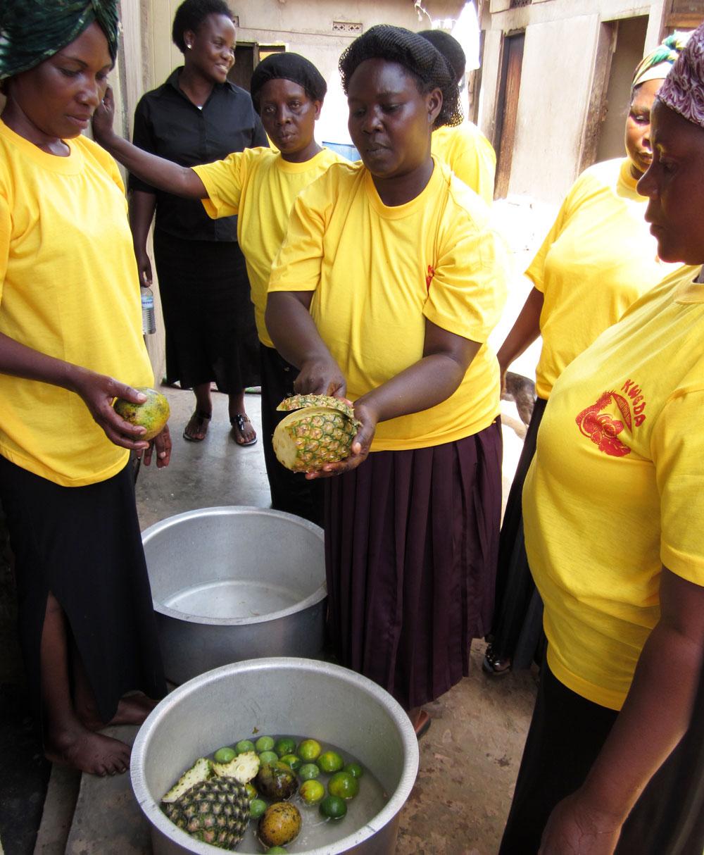 Foto von Frauen bei der Herstellung von Saft.
